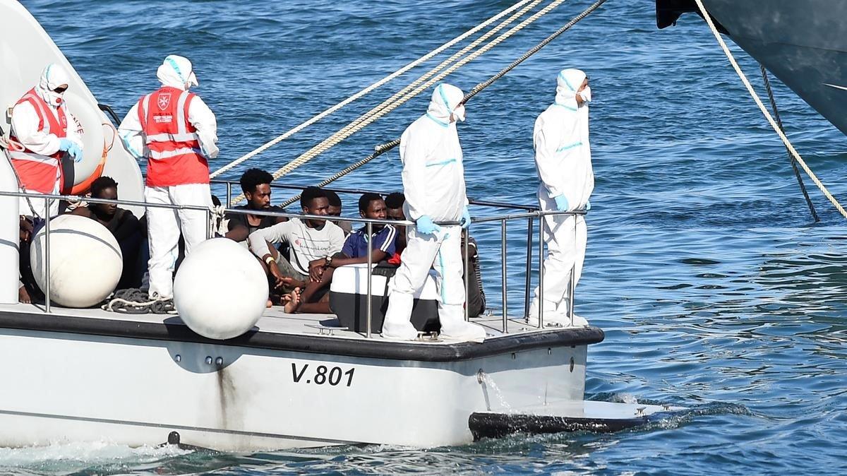 Los menores del 'Open Arms', que han desembarcadoen el puerto de Lampedusa.