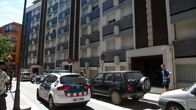 Los Mossos buscan al hermano de la niña de 14 muerta en un piso de Mataró.