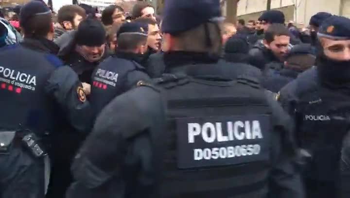 Los Mossos cargan contra las personas concentradas ante el Museu de Lleida.