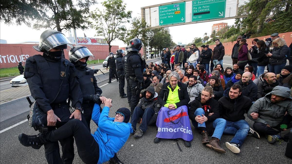 Los Mossos retiran a los manifestantes en una de las rondas de Barcelona.