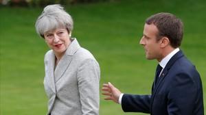 El presidente francés, EmmanuelMacron (derecha), y la primera ministra británica, TheresaMay, en los jardines delElíseo el pasado13 de junio.