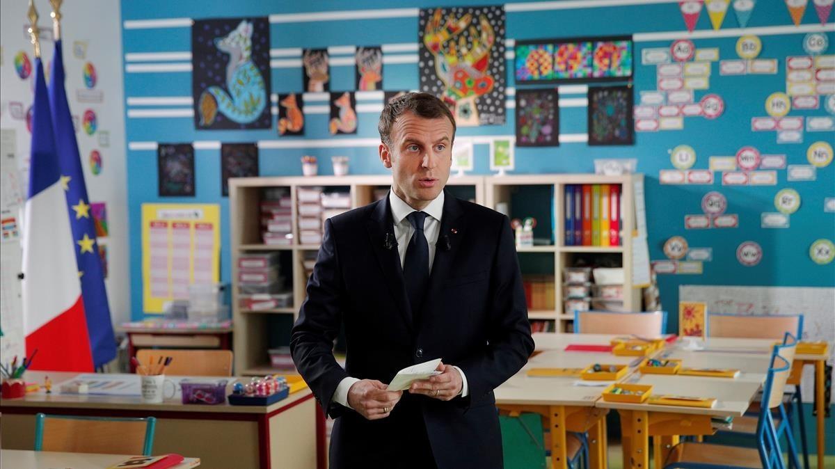 El presidente Macron en la entrevista para el canal de TF1 realizada en el interior del aula de un colegio.
