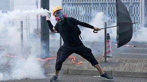 Manifestantes se enfrentan a la policía en Hong Kong.
