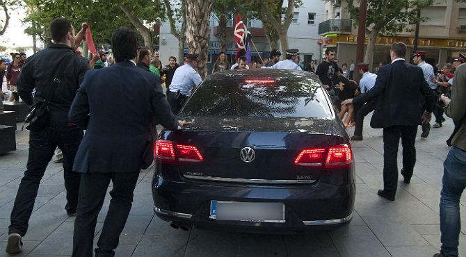 Manifestantes lanzan objetos y golpean con un palo el coche oficial de Montoro en un acto en Vilanova.