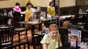 Maniquís en un restaurante chino de Tokio para garantizar la distancia social.