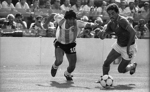 Maradona intenta escabullirse de Gentile en el Argentina-Italia de Sarrià, en 1982.