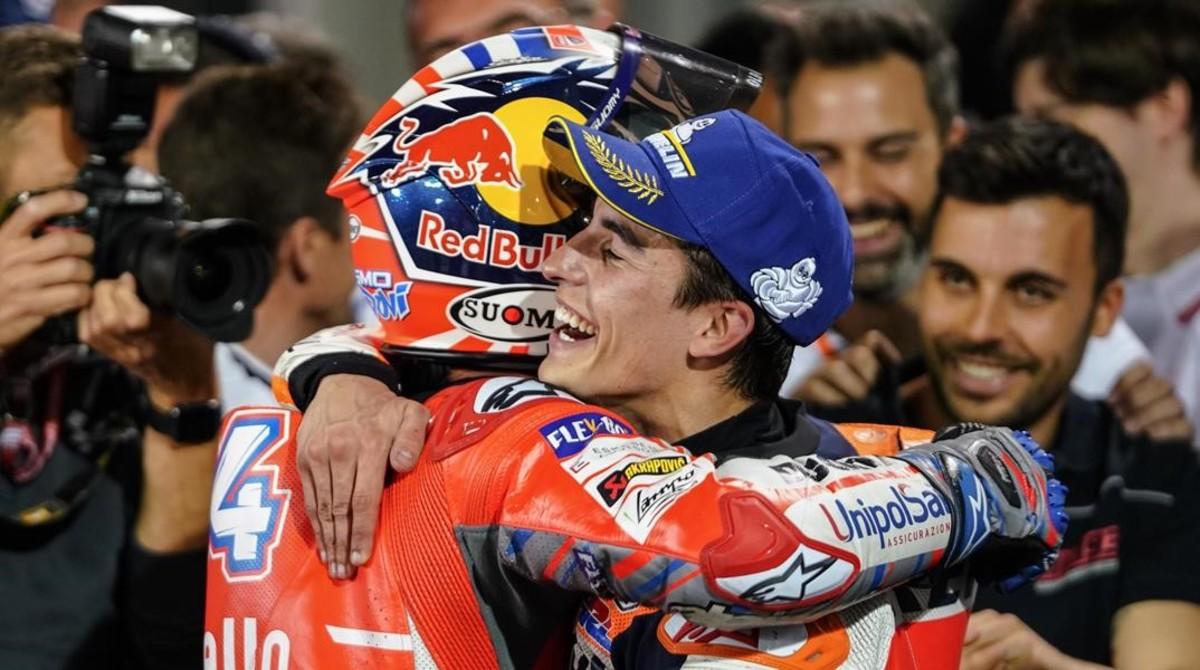 Marc Márquez (Honda), a la derecha, felicita a Andrea Dovizioso (Ducati) tras su victoria en Catar.