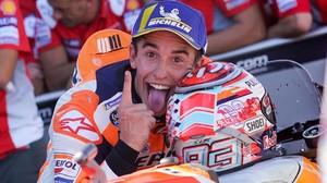Marc Márquez (Honda) le hace un guiño especial al fotógrafo, en Motorland (Aragón), tras ganar el GP.