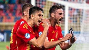 Marc Roca y Fabián Ruiz celebran uno de los goles a Polonia.