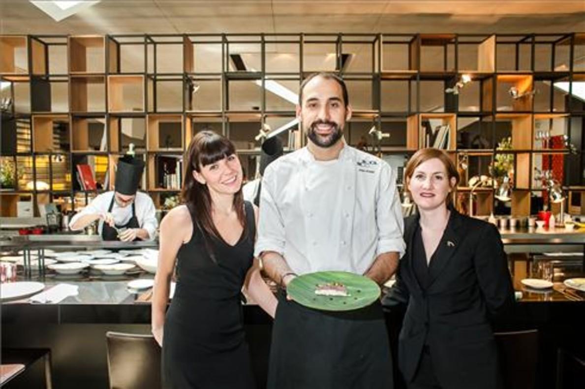 Maria Sainz, Juan Pretel y Audrey Doré, el el comedor de Roca Moo. Foto: Cecilia de Fátima