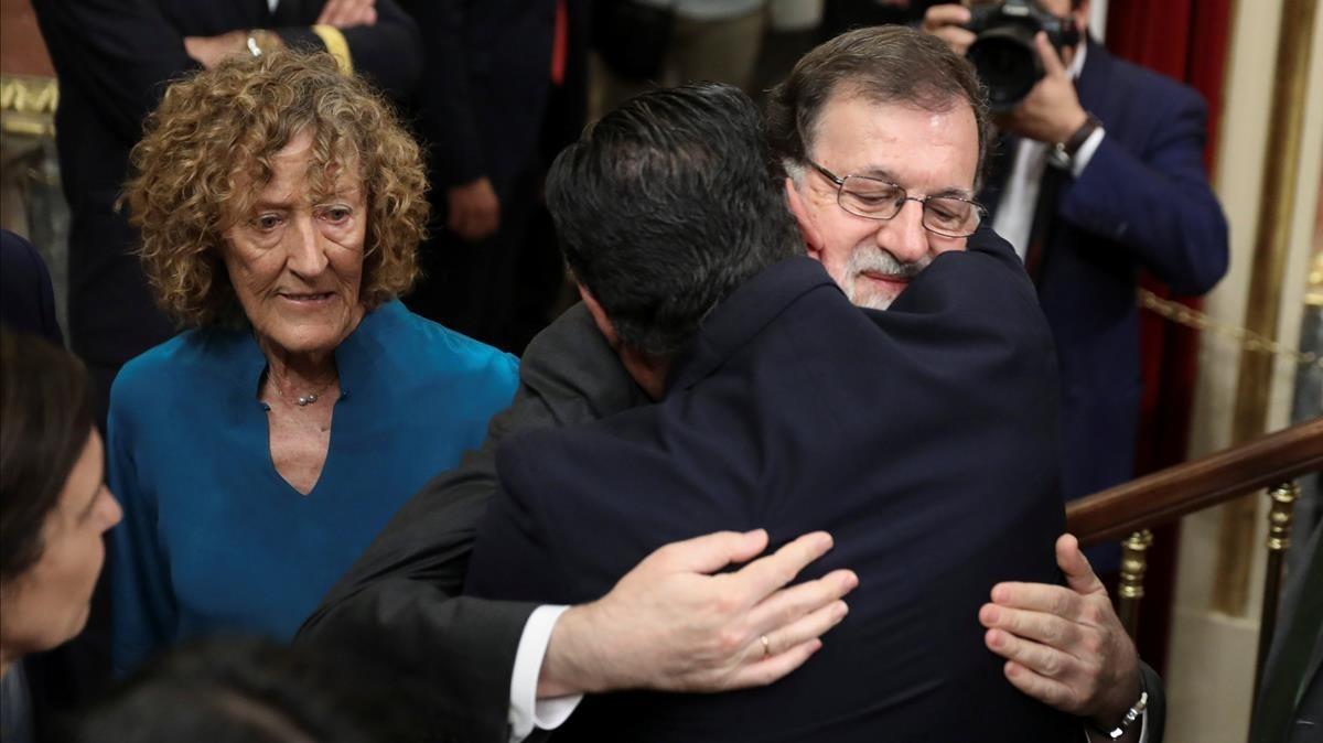 Mariano Rajoy recibe unabrazo de consolación tras el resultado de la votación.