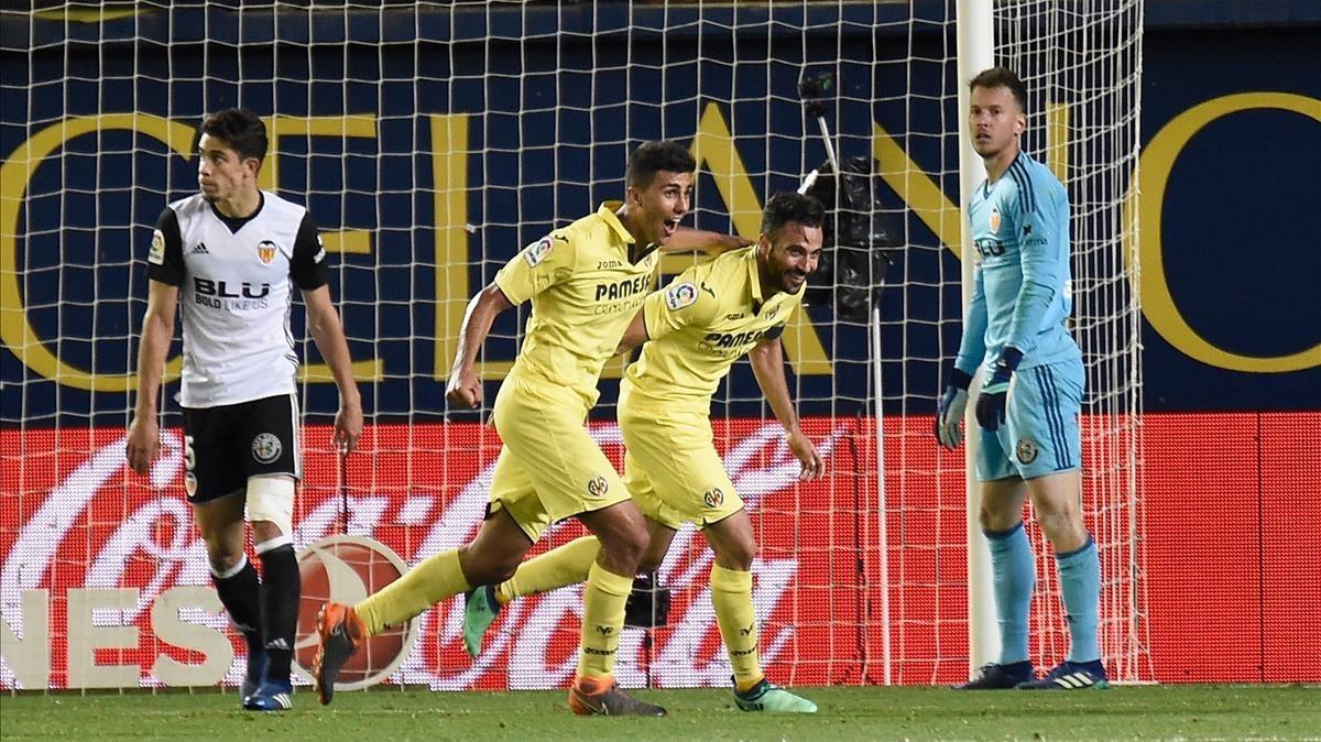Mario Gaspar celebra con Rodri, su compañero del Villarreal, el gol que derrota al Valencia.