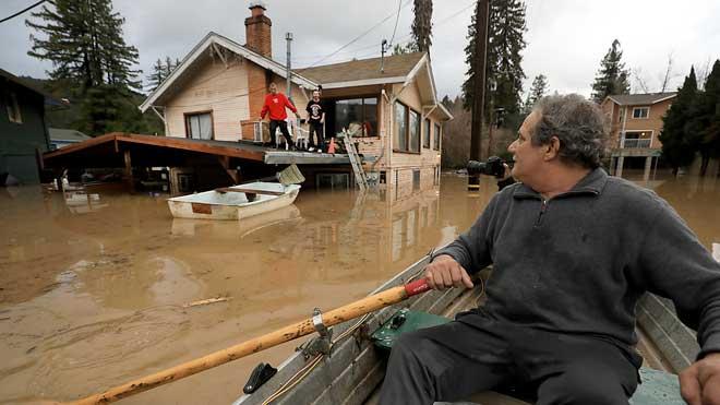 Más de 2.000 viviendas inundadas por las fuertes lluvias en California. En la imagen, la localidad de Guerneville.