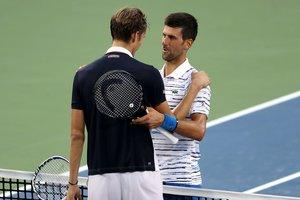 Medvedev y Djokovic, tras disputar el encuentro en Ohio.