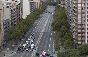 Los ocho carriles de circulación en el tramo de la avenida Meridiana que divideSant Andreu y Nou Barris.