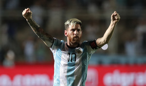 Messi celebra el gol que ha anotado frente a Colombia.