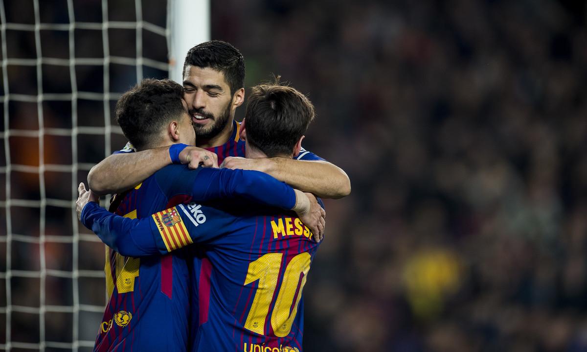 Luis Suárez, Messi y Coutinho se abrazan en el Camp Nou.