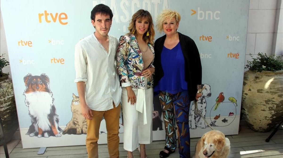 Martí Atance, Gisela y Sílvia Tarragona, en la presentación de La meva mascota i jo, de La 2.