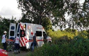 Autoridades mexicanas rescatan el cuerpo de una persona asesinada.