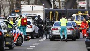 Miembros de los servicios de emergencias acuden a la plaza del 24 de Octubre de Utrecht.