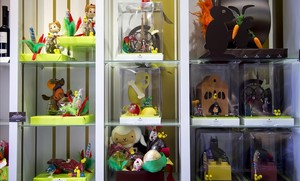 Monas de chocolate en un escaparate.