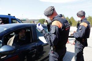 Unos mossos piden la documentación a un conductor en el peaje de la C-16 a la altura de Manresa, el pasado viernes, 20 de marzo.