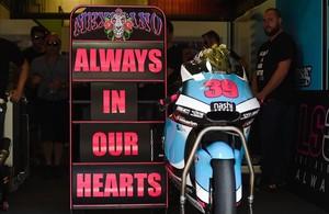 La moto de Luis Salom, en el box de su equipo, junto a la inscripción Siempre en nuestros corazones.