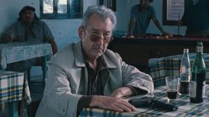 José Sacristán, en una escena de la película 'El muerto y ser feliz'.