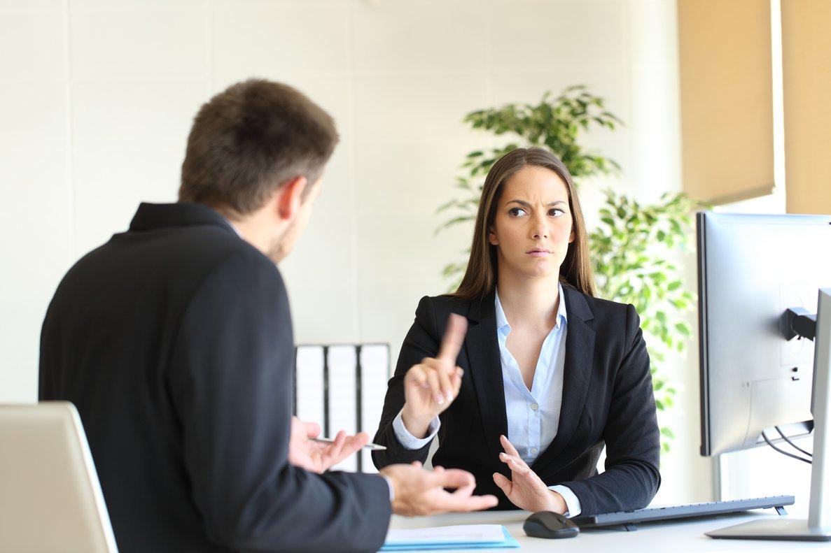 Una mujer diciendo que no a un compañero en la oficina.