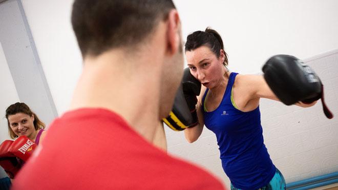 Mujeres de La Mina aprenden a boxear para defenderse de agresiones machistas.