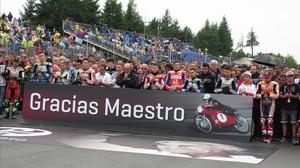El Mundial de motociclismo ha despedido hoy al maestro Ángel Nieto con un minuto de silencio estremecedor antes de que empezase el GP de la República Checa.