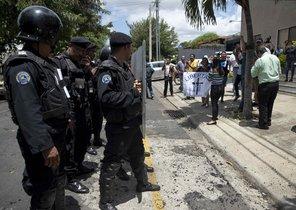 La policía nacional de Nicaraguaenfrenta a un grupo de opositores.