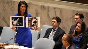 Nikki Haley sostiene unas fotografías de las víctimas del gas serín en Siria.