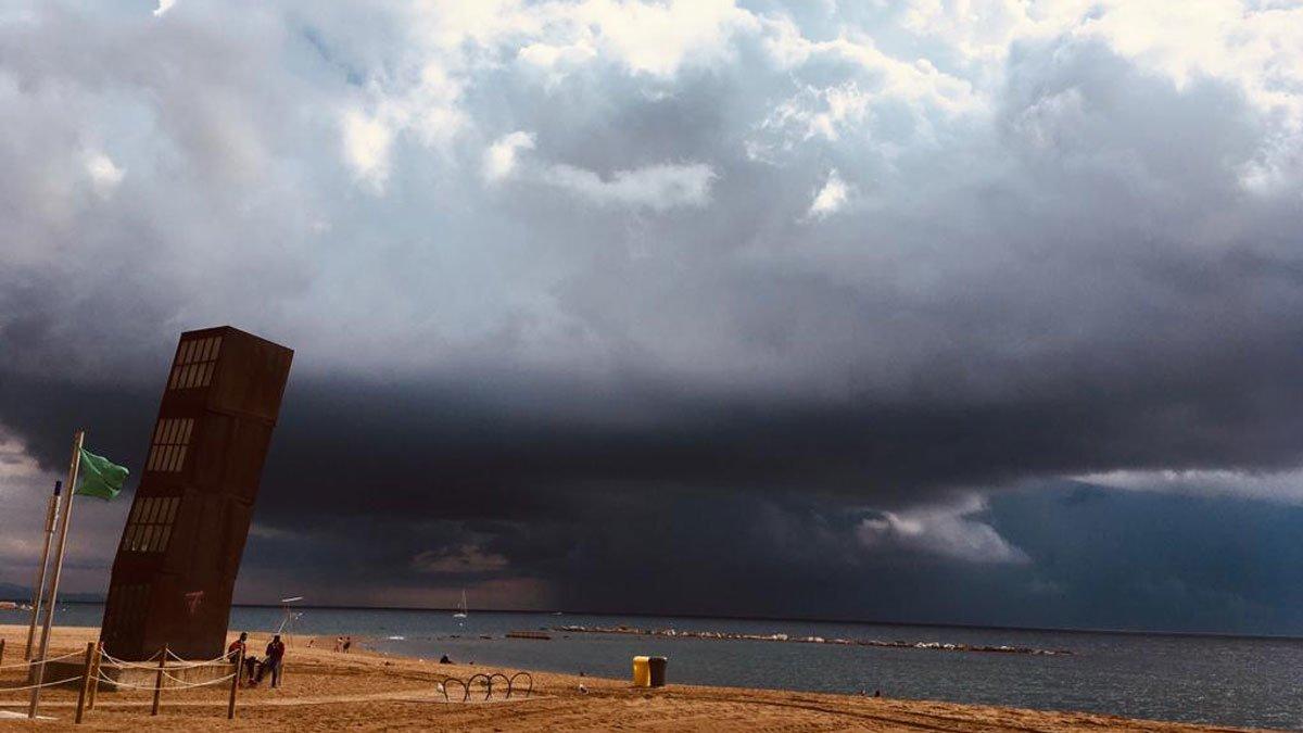 Nubes de tormenta descargan frente a la costa de Barcelona, esta mañana.