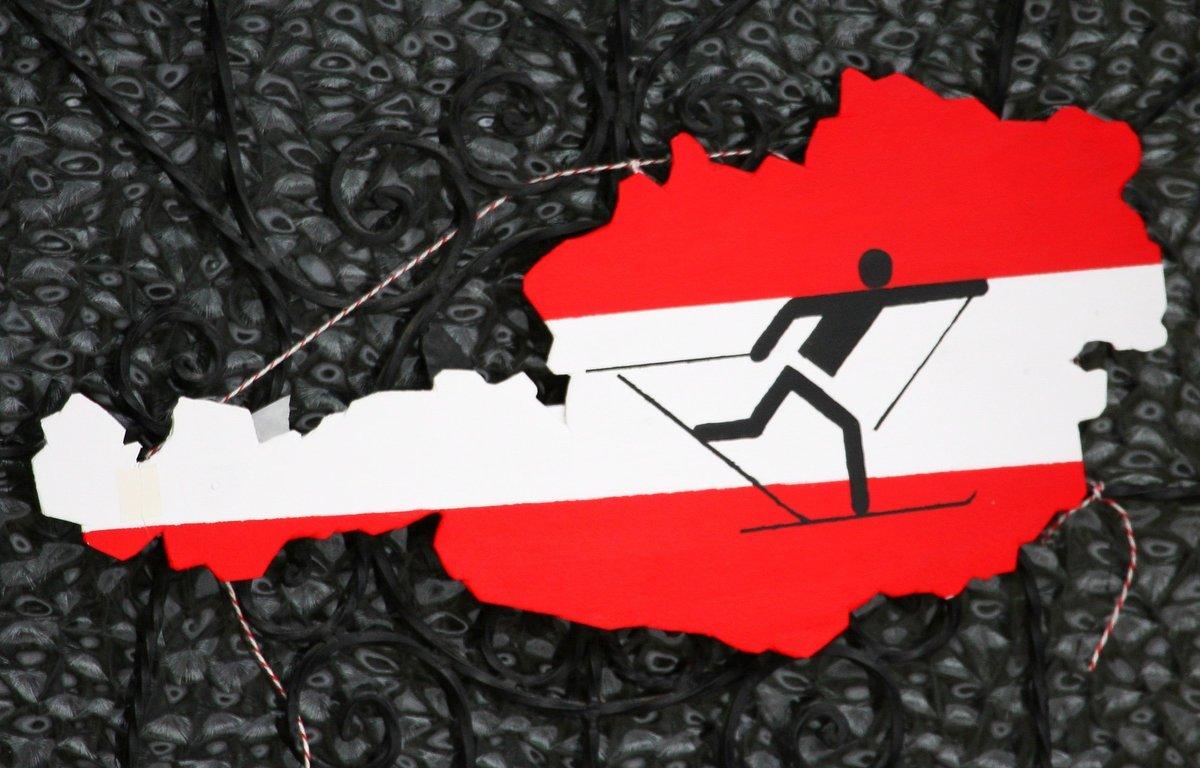 EPA9307. PRAGELATO PLAN (ITALIA), 27/02/2019.- Imagen de archivo realizada el 21 de febrero de 2006 que muestra a un esquiador de fondo sobre el mapa de Austria con los colores naciones en la casa del equipo de esquí de fondo austriaco, en Pragelato Plan (Italia). Al menos nueve personas han sido detenidas este miércoles en una operación antidopaje realizada en la localidad alemana de Erfurt y en la austríaca de Seefeld, donde se está celebrando el Mundial de esquí nórdico, informaron hoy las autoridades de Austria. EFE/ Christian Bruna