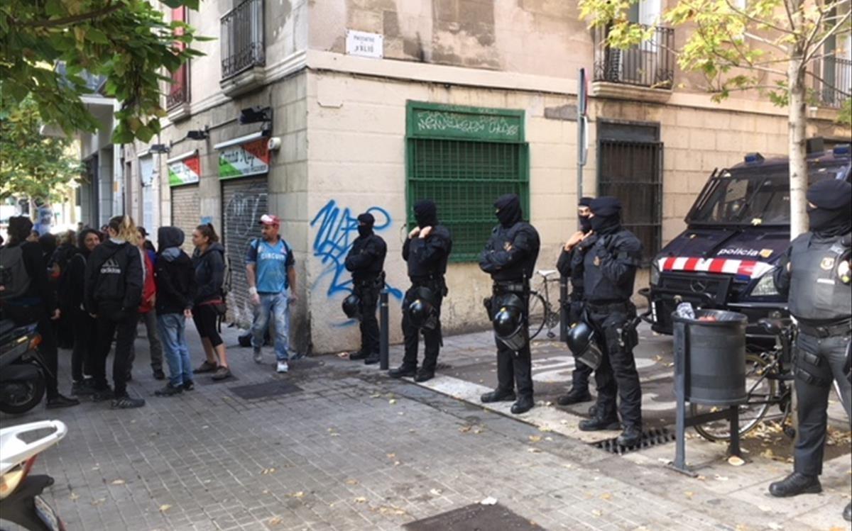 Los Mossos desalojan una casa okupada en Gràcia