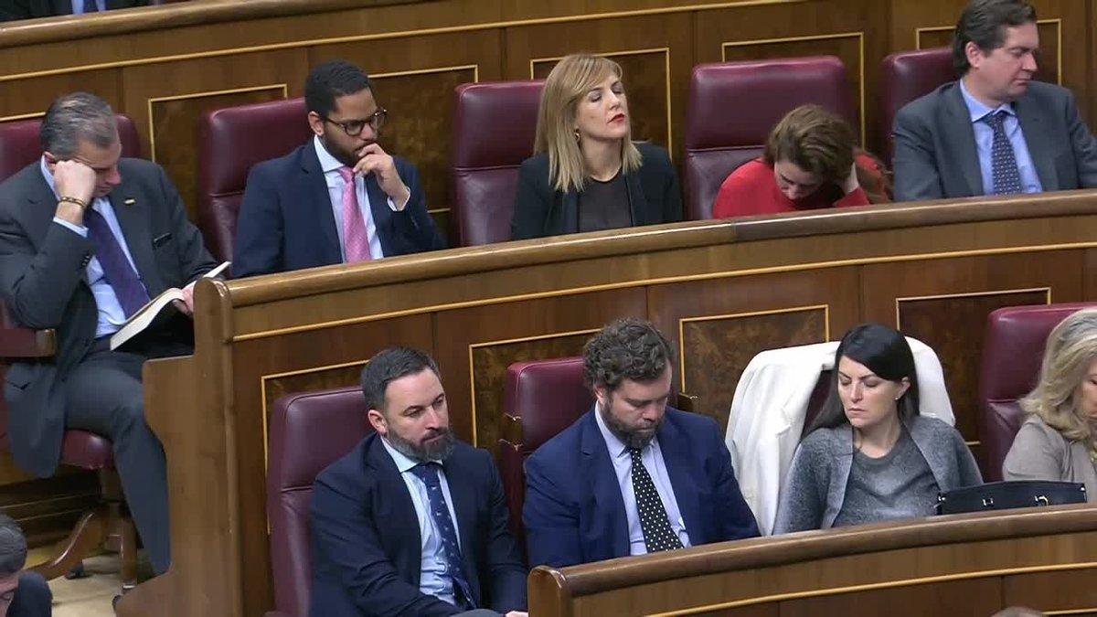 Ortega Smith leyendo un libro en su escaño en el Congreso de los Diputados.