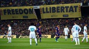 Pancartas en el clásico jugado en el Camp Nou el 6 de mayo del 2018.