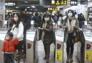 Pasajeros con mascarillas en una estación de metro de Taiwán, donde se han detectado varios casos del nuevo coronavirus.