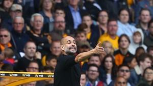Pep Guardiola, dirigiendo desde el banquillo al Manchester City.