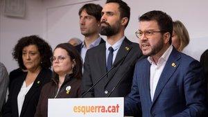 Pere Aragonès, con otros dirigentes de ERC, en la rueda de prensa de este jueves.