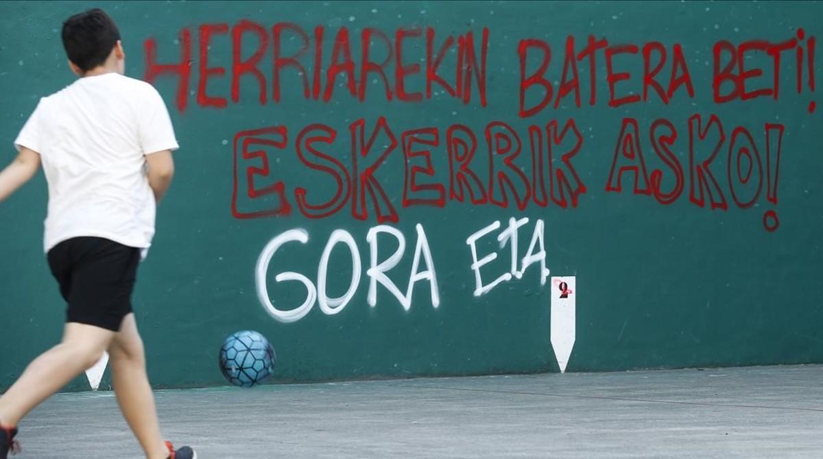 Pintada con la leyenda Siempre con el pueblo. Muchas gracias. Viva ETA, en el frontón de Hernani (Guipúzcoa).