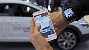 Presentación de la aplicación de coche conectado de Seat en el Mobile World Congress de Barcelona.