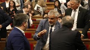 El president Quim Torra y el diputado Albert Batet discutiendo con el portavoz parlamentario de Ciudadanos, Carlos Carrizosa.
