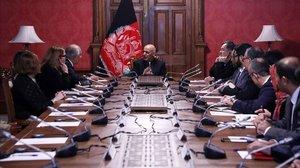 El presidente afgano, Ashraf Ghani, negocia con el enviado especial de EEUU.