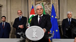 El presidente italiano Sergio Mattarella se dirige a los medios tras la reunión con el candidato a primer ministro Giuseppe Conte el pasado domingo 27 de mayo.