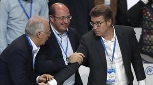 El presidente de Murcia, Pedro Antonio Sánchez (centro), saluda al presidente gallego, Alberto Núñez Feijóo, y al de La Rioja, José Ignacio Carniceros, este fin de semana en el congreso del PP.