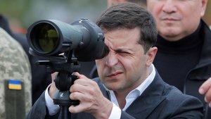 El presidente de Ucrania, Volodímir Zelenski, sigue, ayer, unas maniobras del Ejército.