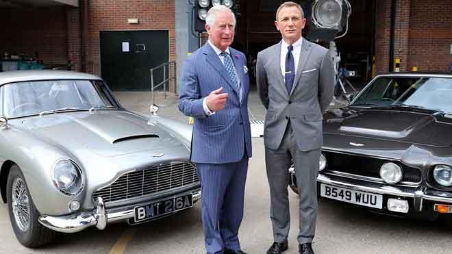 El príncipe Carlos se reúne con el 007 Daniel Craig.