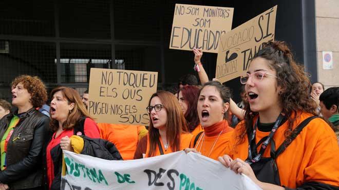Protesta de trabajadores de centros de menores tutelados en la sede de la DGAIA.